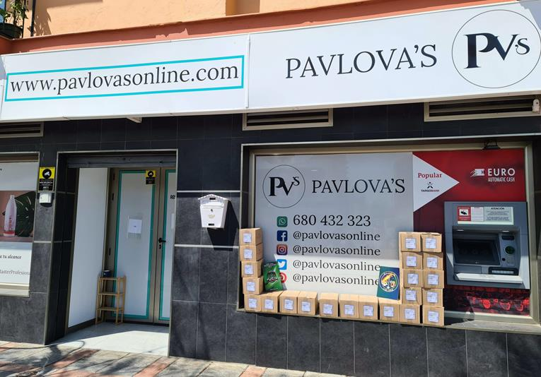 PAVLOVA's dona 5472 geles hidroalcohólicos Medi Skin a personal de primera línea en la Costa del Sol 1