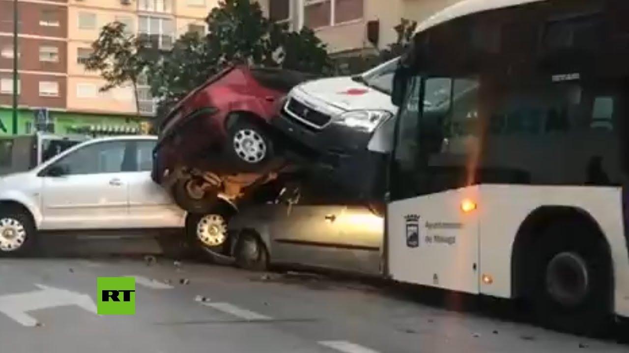 Un autobús arrolla a varios coches en una calle de Málaga 1
